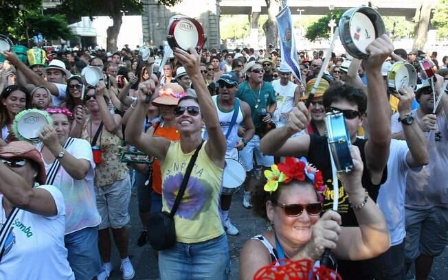 Foliões comandam a festa na abertura não oficial do carnaval de rua do Rio