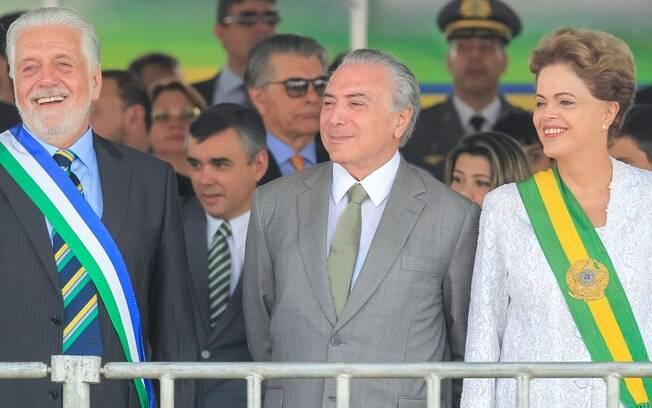 Dilma Rouseff com o vice presidente Michel Temer (ao centro) e do ministro da Defesa, Jaques Wagner (à direita) durante o desfile de Sete de Setembro. Foto: Ichiro Guerra/Presidência da República/Fotos Públicas - 7.9.15