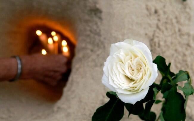 Flores, velas e outras oferendas foram colocadas nas areais da Praia de Copacabana no réveillon