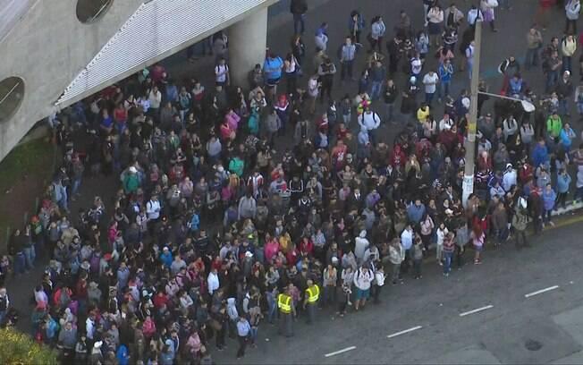 Passageiros da Linha 5-Lilás se aglomeram próximo à estação para pegar ônibus da operação Paese