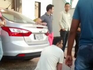 Após quebrar a perna fugindo, suspeito foi imobilizado até a chegada dos policiais