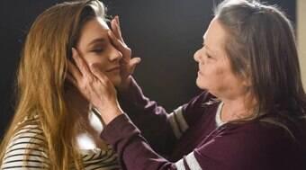 Mulher cega volta a enxergar e se emociona
