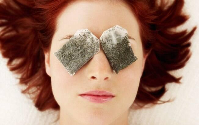 O velho truque da vovó, de fazer compressas de chá, ajuda sim a reduzir as olheiras e o inchaço da região dos olhos