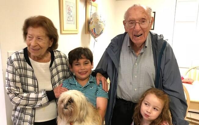 Philip Kahn, ao lado da mulher e dos netos; seu irmão morreu em 1919, da gripe espanhola