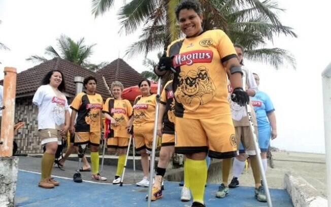 Equipe feminina de futebol de amputados de Sorocaba. No destaque, a atleta Vivi Antunes