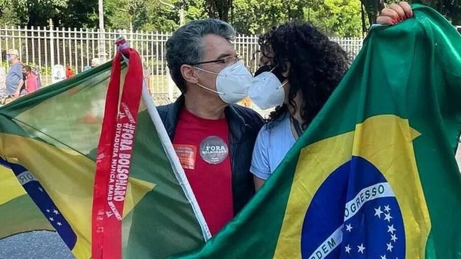 Paulo Betti pede Dadá Coelho em casamento em manifestações