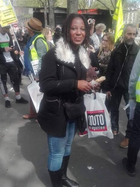 Priscillia Ludovsky participa de protesto em Paris