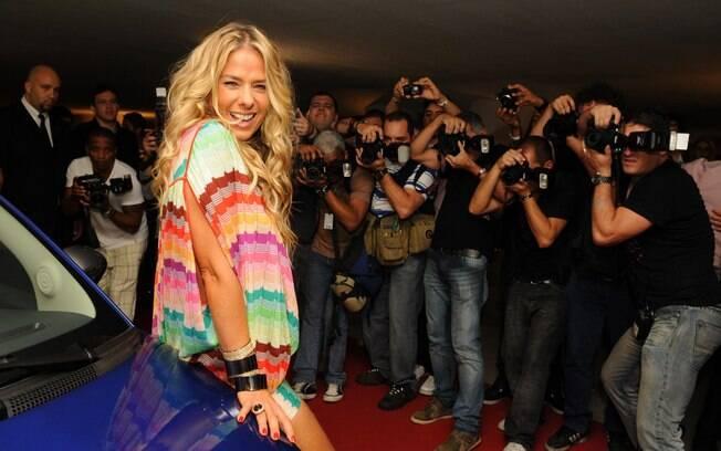 Adriane Galisteu é recepcionada por uma legião de fotógrafos na festa de lançamento de sua Playboy