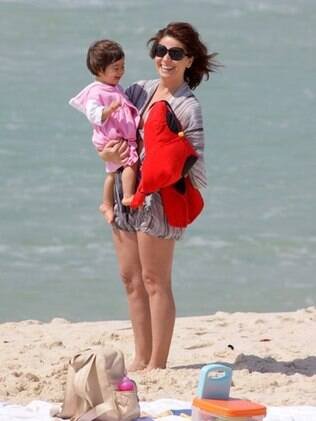 Giovanna Antolnelli: curtição na praia com as gêmeas