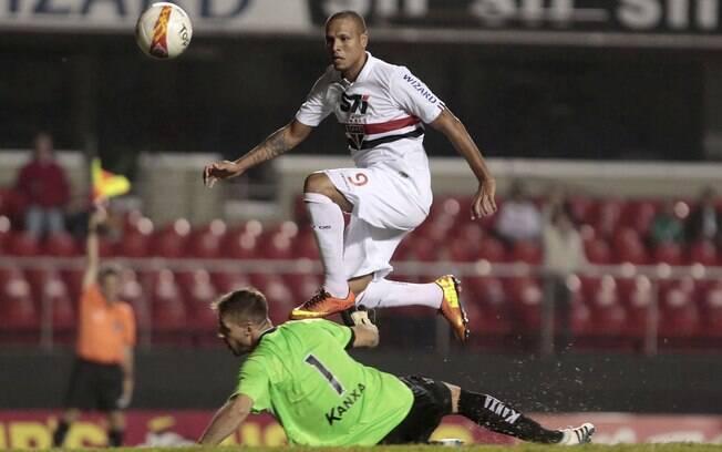 Luis Fabiano toca na saída do goleiro do  Bragantino. Atacante deixou sua marca na vitória  do São Paulo