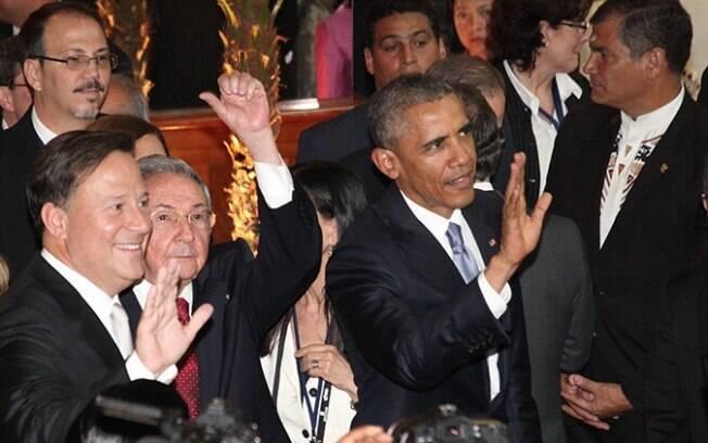 Primeiro encontro entre Raúl Castro e Barack Obama durante a Cúpula das Américas ocorreu na noite de sexta-feira (10)