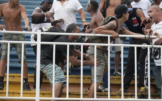 Briga entre torcedores de Atlético-PR e Vasco na Arena Joinville