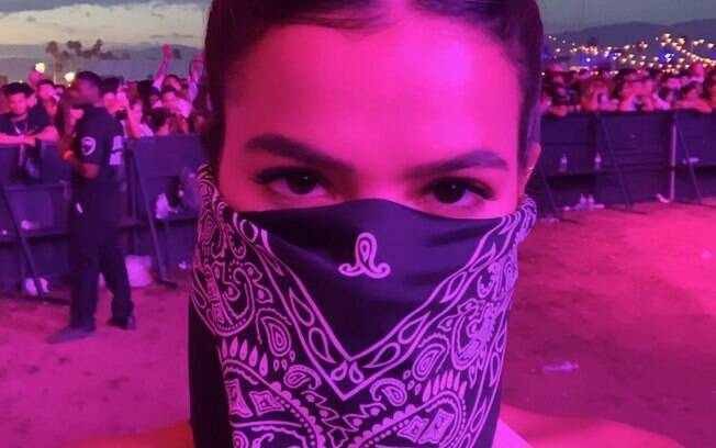 Bruna Marquezine chamou a atenção por usar uma bandana para compor o look que usou no festival de música Coachella