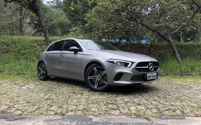 Mercedes-Benz A250 desenho arrojado combina com o apelo esportivo do carro, mas há detalhes que decepcionam
