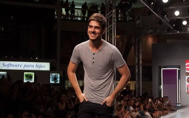 Marco Pigossi desfila em evento: