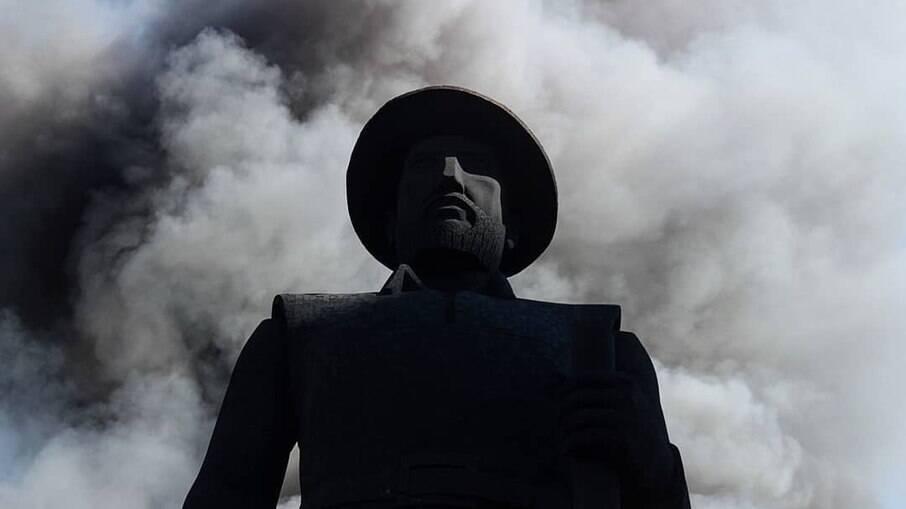 TJ-SP nega liberdade do suspeito de colocar fogo na estátua de Borba Gato
