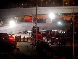 Equipe de resgate tenta tirar carro esmagado