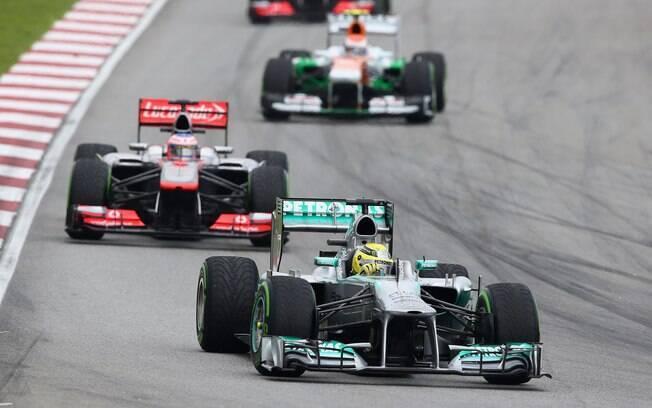 Nico Rosberg acelera sua Mercedes em Sepang