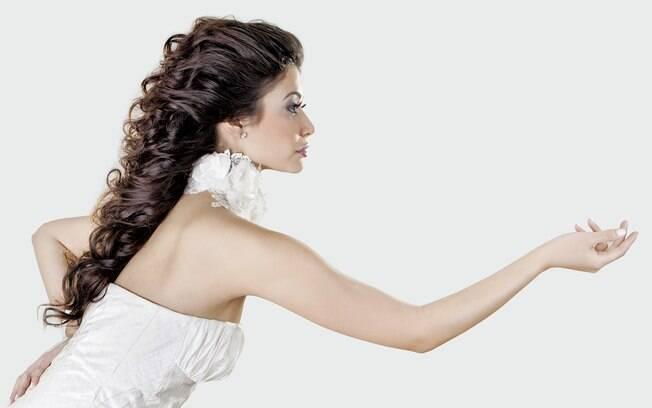 Combinar o penteado com o vestido é uma das premissas para não errar no look