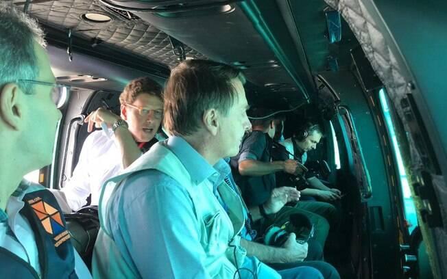 Ricardo Salles (de óculos, ao fundo) sobrevoou a região da barragem em Brumadinho com o presidente Jair Bolsonaro