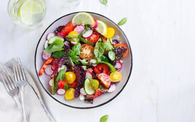 Os restaurantes por quilo também possuem alimentos saudáveis nas opções, como é o caso de legumes e verduras