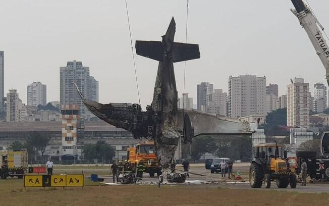 Avião que caiu no Campo de Marte é retirado da pista em São Paulo