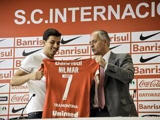 Nilmar recebe a camisa 7 do vice-presidente de futebol Marcelo Medeiros