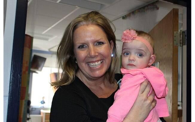 Liz Smith, enfermeira, adotou a pequena Gisele após a recém-nascida passar cinco meses internada sem receber visitas