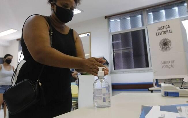 Além de caneta própria, TSE orienta uso de álcool em gel antes e depois da votação