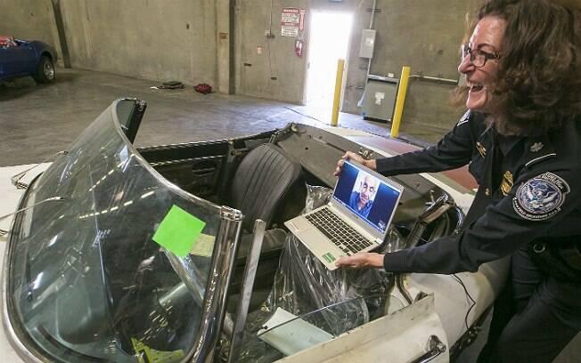 Por videoconferência, Ivan Schneider, na Flórida, observa seu carro roubado, em Los Angeles