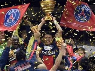 Capitão do time, zagueiro brasileiro Thiago Silva levanta primeiro troféu da equipe na temporada