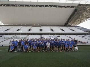 Jogadores, comissão técnica e o ex-presidente do clube, Andrés Sanchez, posaram para foto no novo estádio
