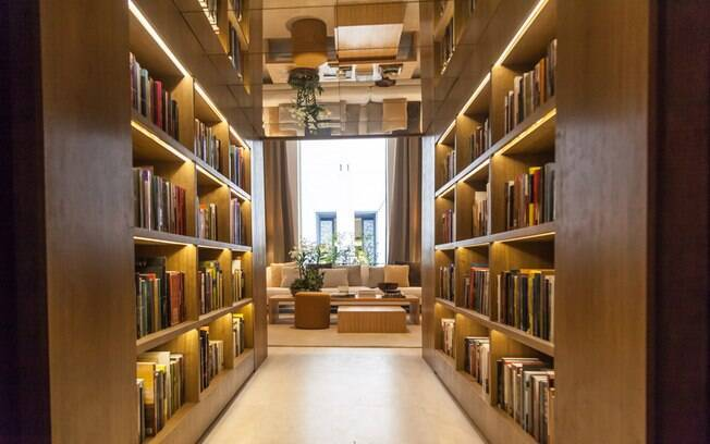 Na Biblioteca de Estar, do arquiteto Bruno Gap, o visitante é recebido por um corredor repleto de livros. O teto foi revestido com espelhos, material que garante amplitude