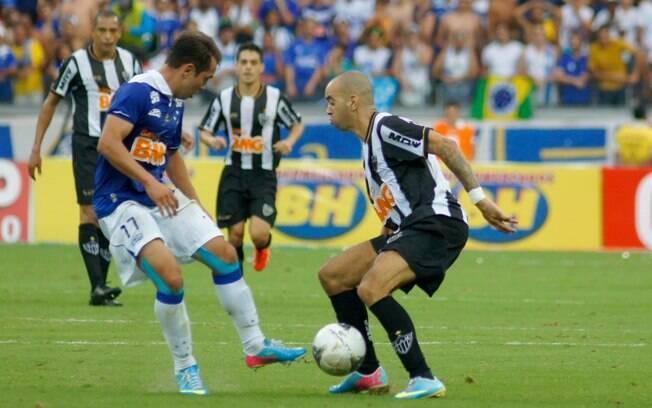 O atleticano Diego Tardelli tenta superar a  marcação cruzeirense na final do Campeonato  Mineiro