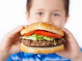 Países têm discutido cada vez mais os hábitos alimentares das crianças