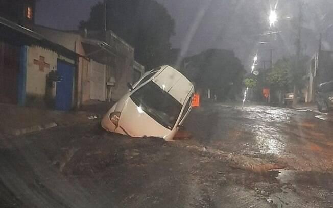 Morador tem carro engolido pelo asfalto em Hortolândia