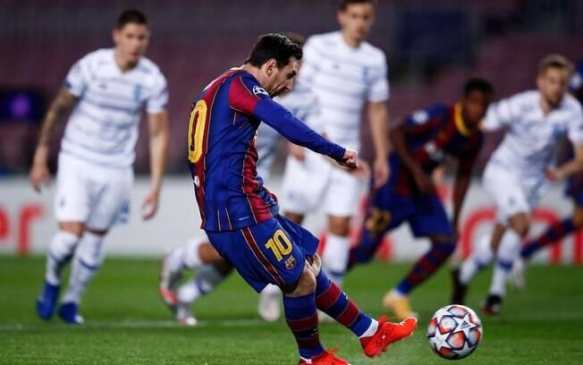Messi marcou de pênalti contra o Dínamo de Kiev