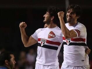 Alexandre Pato e Kaká comemoram vitória tricolor no Morumbi
