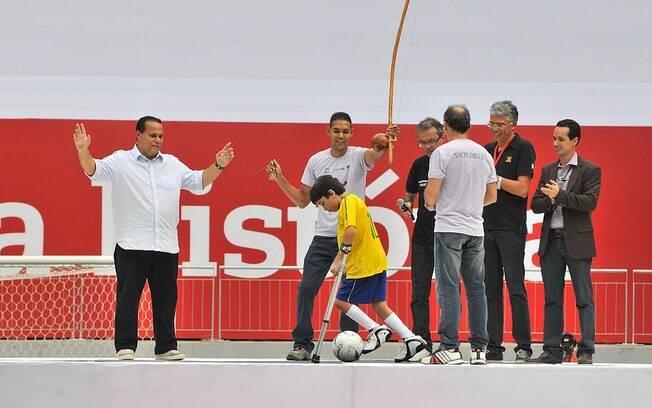 Garoto Arthur Nascimento,  de 13 anos, de muletas, foi homenageado antes do jogo e deu o pontapé inicial do clássico