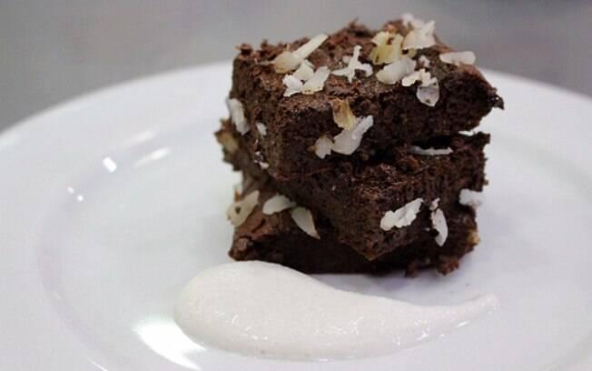 Brownie cremoso vegano é fácil de fazer e possui chocolate 70% cacau