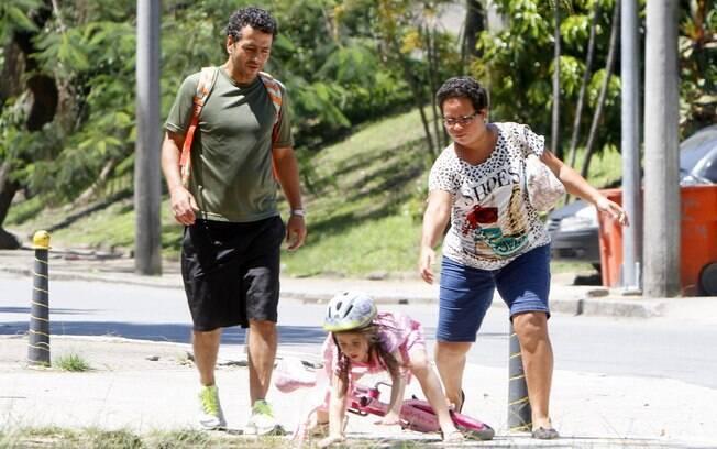 Júlia, filha de Marcos Palmeira, cai de bicicleta