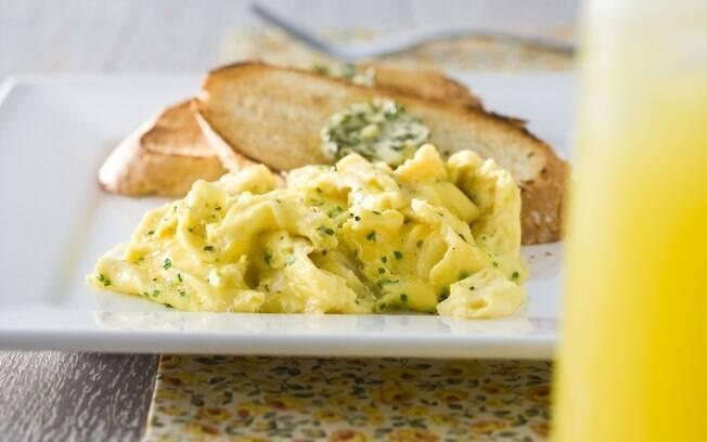 Ovo mexido é forma rápida e versátil de preparo: com pães, no café; como guarnição, no almoço ou jantar