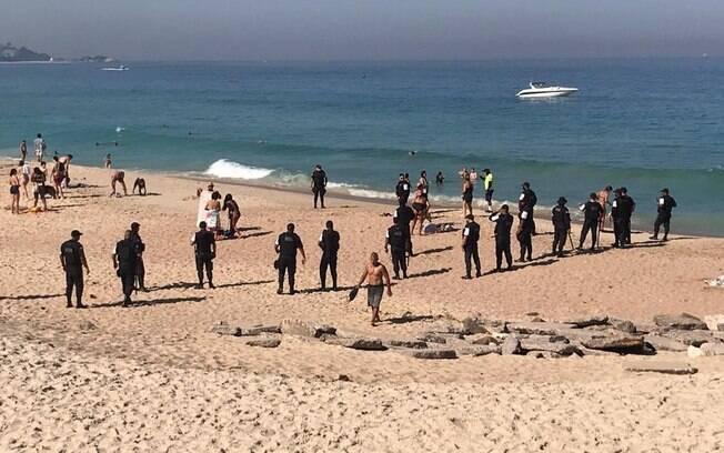 Polícia retira pessoas da praia porque flexibilização não permite aglomerações