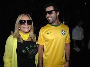 Susana Vieira e Sandro Pedroso circulam de mãos dadas