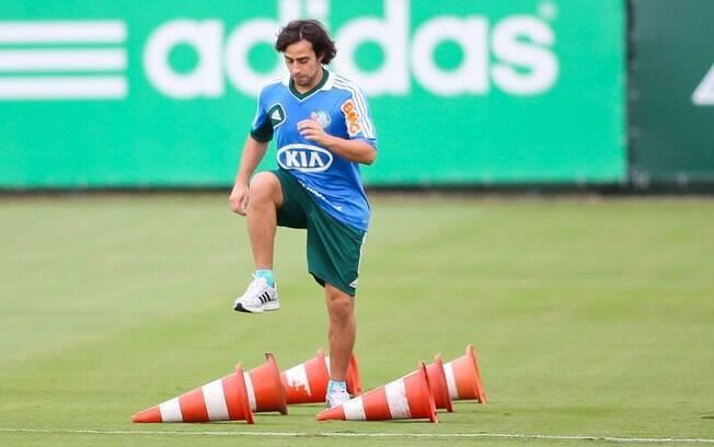 Valdivia realizou treino físico nos gramados  na Academia nesta quinta-feira