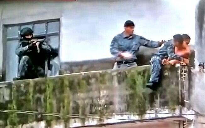 Após a criança estar segura, PMs da Equipe de Invasão Tática do GATE, imobilizam o sequestrador. Nenhum tiro foi disparado, ninguém saiu ferido