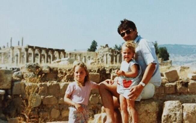 Kate aos quatro anos, com a irmã Pippa e o pai, Michael, na Jordânia