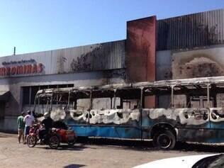 Ônibus fica completamente queimado em Ubá