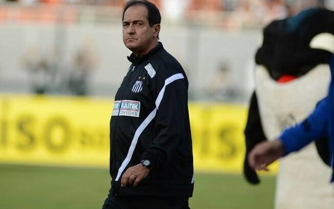 Muricy Ramalho caminha para o banco de  reservas antes do começo da decisão entre  Corinthians x Santos