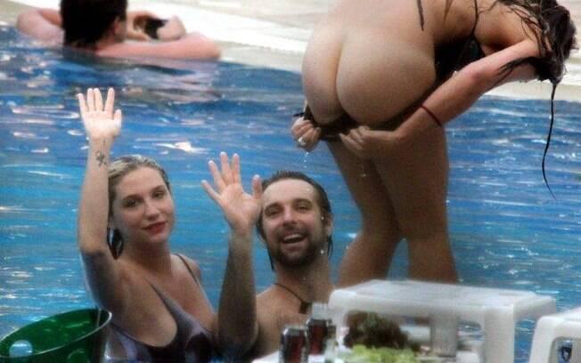 Amiga de Ke$ha mostra o bumbum ao notar a presença de paparazzi